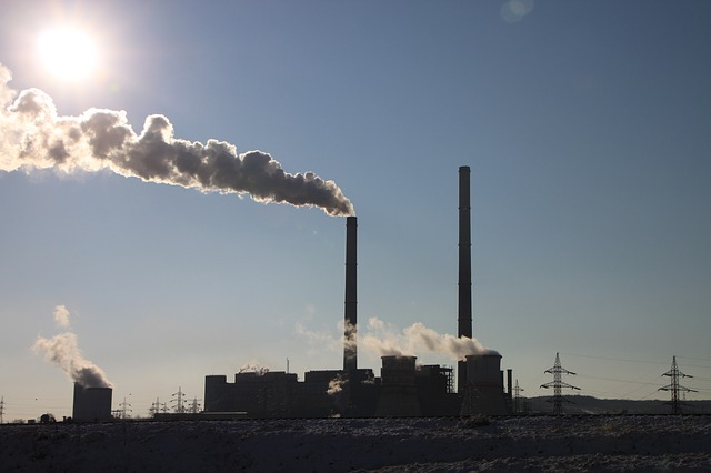 Industrial emitiendo gases de efecto invernadero