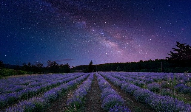 Campo cultivado bajo la influencia astronómica